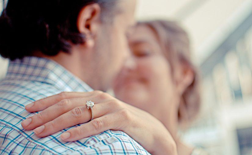 En kvinnas hand med ring.